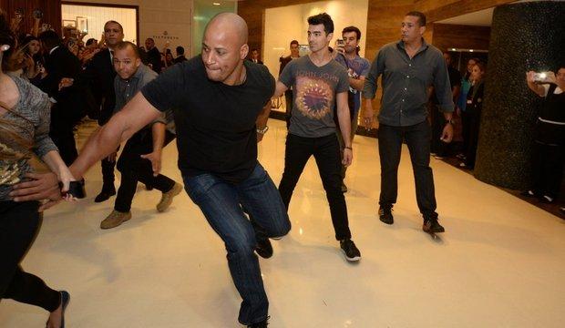 """Seguranças protegem Joe Jonas de """"ataque"""" de fãs em shopping"""