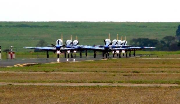 Força Aérea mostra seus caças voando e dando rasantes para o R7
