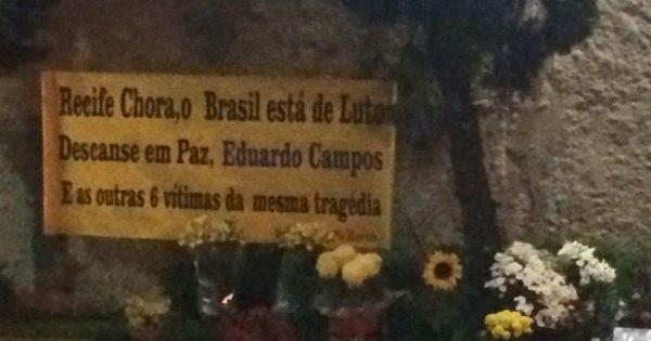 """Moradores de Santos criam """"memorial"""" na rua onde avião de ..."""