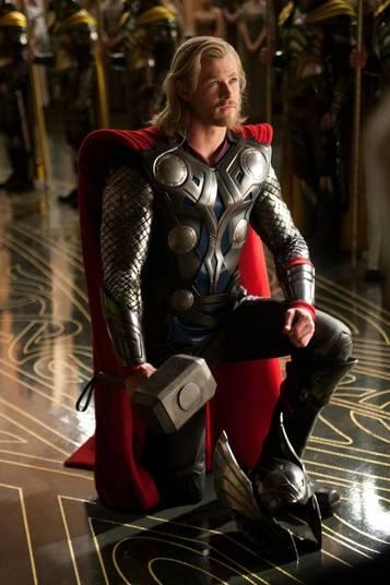 7 - Thor (2011)A versão cinematográfica de Thor, vivido por Chris Hemsworth, é divertida, mas ele só não conseguiu uma posição melhor por conta de um nome: Loki. O irmão do deus nórdico, interpretado por Tom Hiddleston, simplesmente rouba a cena. Aliás, isso vira algo constante nos filmes seguintes da Marvel. A brilhante interpretação do vilão garante momentos impagáveis em diversos filmes, tanto é que ele se torna o grande inimigo em Os Vingadores. Outros coadjuvantes também roubam a cena, como Anthony Hopkins e Kat Dennings. O filme é legal, vale a pena ser assistido, mas Thor só começa a ganhar corpo, não no sentido físico da coisa porque isso ele já tem de sobra, mais para a frente