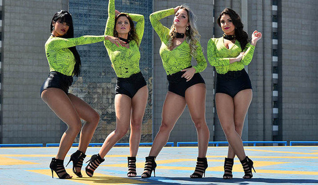 Bailarinas do programa ensaiam no heliponto da Rede Record