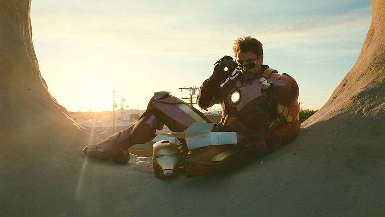 9 - Homem de Ferro 2 (2010)Quando Robert Downey Jr. surgiu nas telonas como Tony Stark, todos se apaixonaram por ele e pelo personagem de imediato. Por ser um herói nada ortodoxo, ele logo conquistou o público num filme simples e divertido. Agora, a continuação deixou muita gente decepcionada. A inserção de vários vilões foi um grande erro e só tirou foco do heroi. O filme tem cenas de batalha incríveis, como aquela do lago oriental, mas só isso não segura