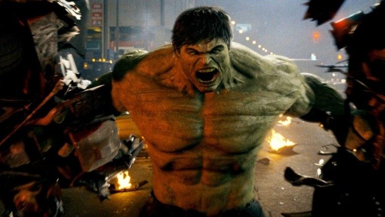 10 - O Incrível Hulk (2008)Não é tão ruim quanto O Hulk, de 2003, que chegava a ser pior que aquele Hulk que era um cara fortão simplesmente pintado de verde, mas ainda assim, é o filme menos interessante do estúdio. Edward Norton faz um bom papel, mas o trabalho de Mark Ruffalo, que o substitui como o gigante esverdeado em Os Vingadores, é bastante superior, por dar ao cientista Bruce Banner um tom mais sensível e divertido. A trama é um pouco bagunçada e meio sem um gancho que atraia sua atenção por completo. Mais uma vez, não é um filme ruim, só não é daqueles que você topa assistir duas vezes