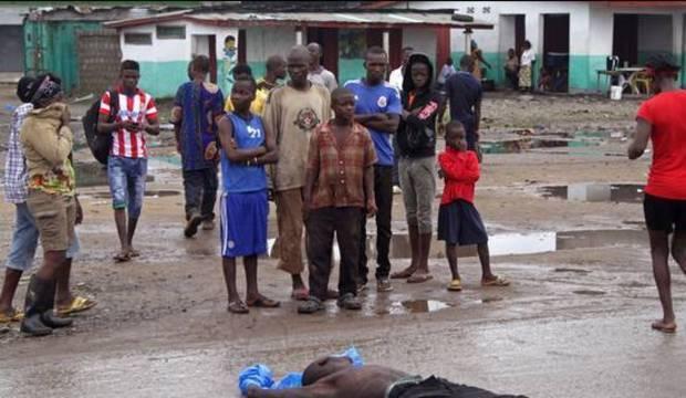 Com medo, familiares renegam coveiros do ebola na África