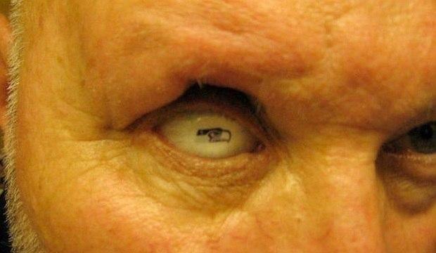 Homem desenha escudo do time no olho. Veja mais tatuagens bizarras