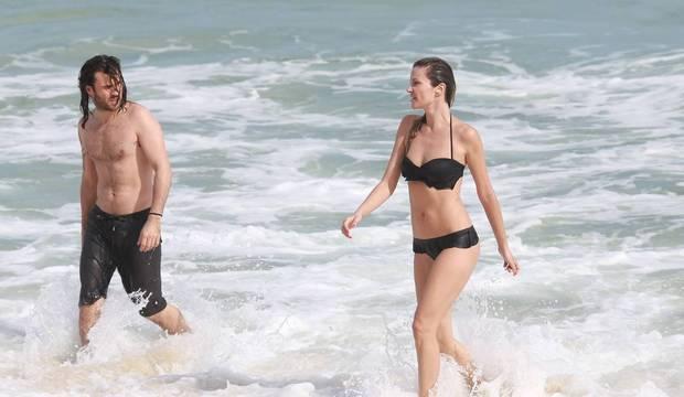 Ellen Jabour exibe boa forma ao mergulhar com namorado em praia do Rio