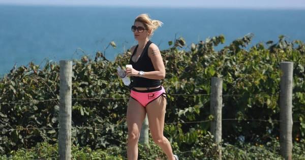 Antônia Fontenelle usa short curtíssimo para correr na orla e exibe ...