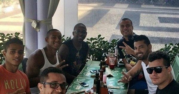 André Santos aproveita 'desemprego' para curtir com amigos famosos