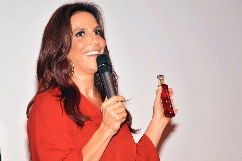 Ivete Sangalo vai investir agora em um novo negócio. A cantora lançou neste sábado (6) seu próprio perfume, num evento em Salvador, na Bahia. Toda de vermelho, assim como o frasco do perfume, Ivete se divertiu e levou o público do local à loucura