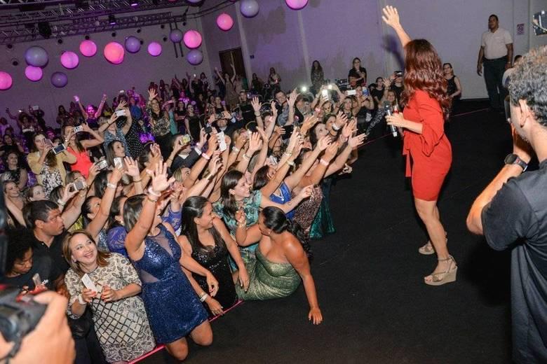 Teve gente até tentando subir ao palco para tirar foto com a cantora
