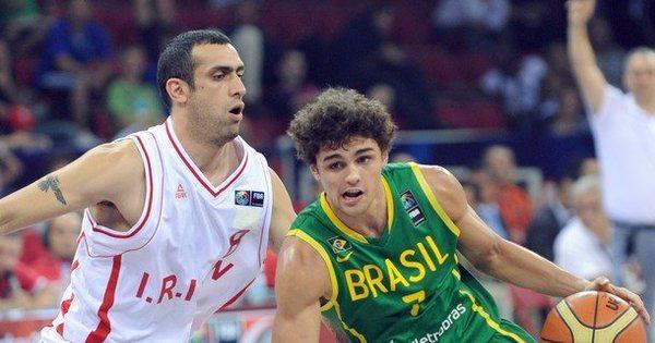 Raulzinho assume o posto de galã da seleção brasileira de basquete
