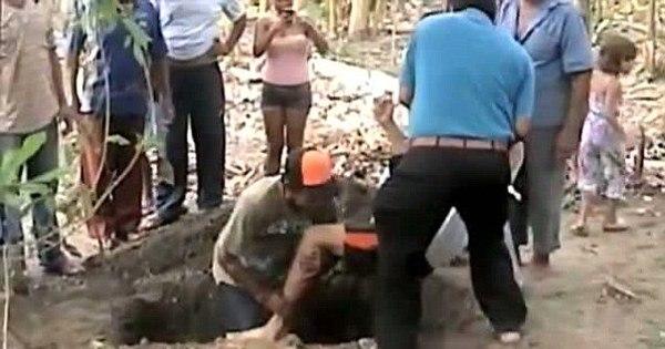 Homem é enterrado vivo depois de ser atingido por raio! Tem mais ...