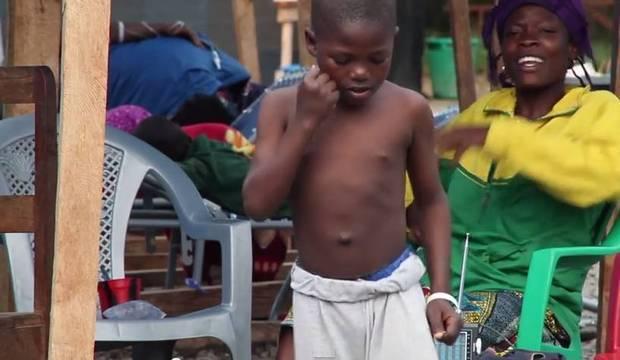 Após morte de irmã por ebola, menino vence a doença e alegra comunidade