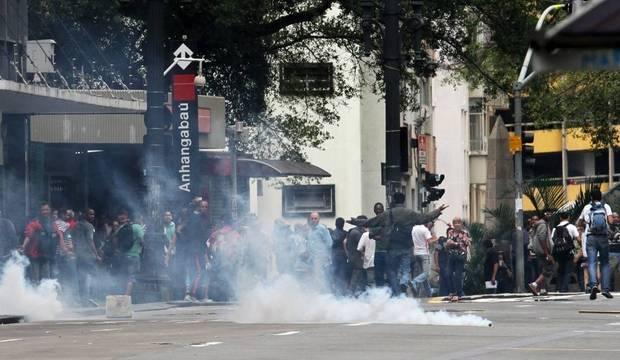 Região central volta a ter confrontos após reintegração de posse. Veja imagens