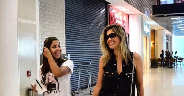 Flávia Alessandra ganha presente de fã fanática no aeroporto ...