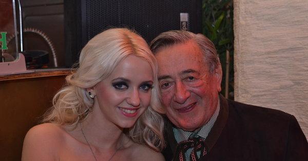 Deu casório! Coelhinha da Playboy fisga magnata que é 57 anos ...