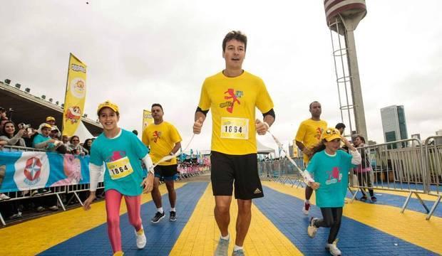 Rodrigo Faro participa de corrida infantil com as filhas