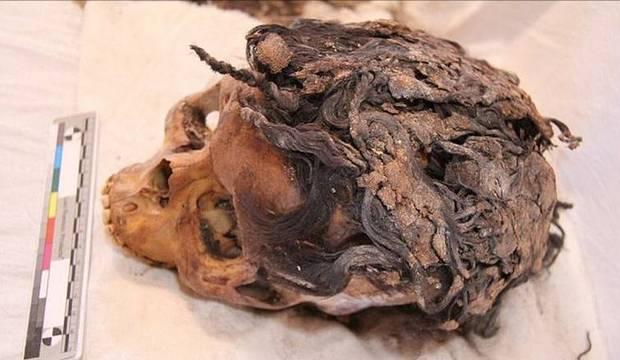 Pesquisadores encontram esqueletos de 3 mil anos com apliques de cabelo
