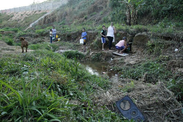A cidade de Itu, no interior de São Paulo, vive grave crise no fornecimento de água. Sem o líquido nas torneiras, muitos moradores do município precisam improvisar. No bairro Jardim Novo Mundo, na região do Pirapitingui, alguns recorrem à mina para abastecer suas casas