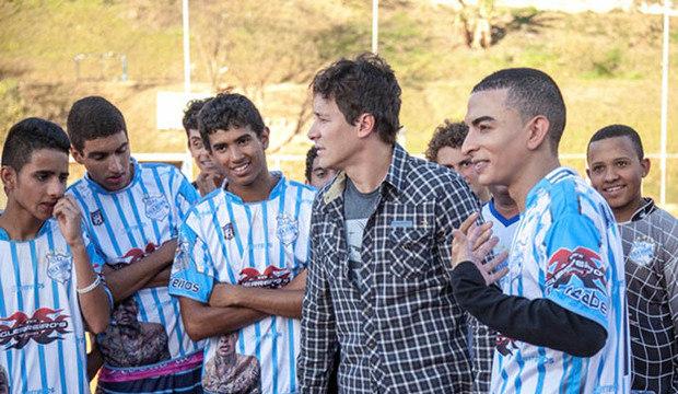 """""""Ainda bem que ele virou cantor"""", diz Faro ao ver MC Guimê jogando futebol"""