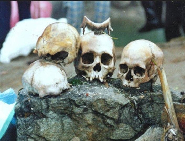 Desde a década de 40, todos esses crânios e esqueletos permanecem por ali. Mas como foram parar ali? O que houve afinal nesse lugar?