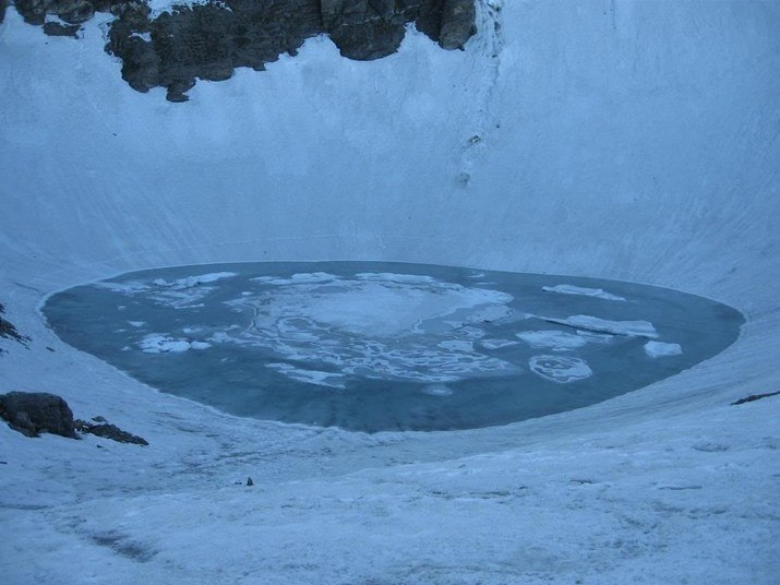 No meio do Himalaia, na Índia, a cerca de 4.600 m de altitude existe esse local estranho e assustador. Parece um laguinho normal, outro ponto bonito no cenário gelado da montanha. Mas, quando chega o verão, o lago descongela e revela ossos e esqueletos a perder de vista