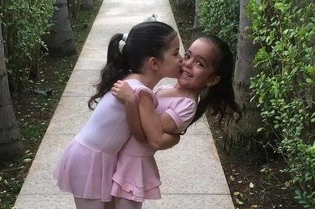 """Luciano mostra foto fofa das filhas gêmeas: """"Amor de irmãs"""""""