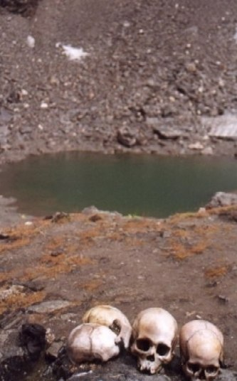 Esse é o lago Roopkund, ou lago dos Esqueletos, no estado de Uttarakhand, na Índia. Você só consegue ver o que tem ali desse jeito, sem neve. Mas precisa ter coragem para explorar