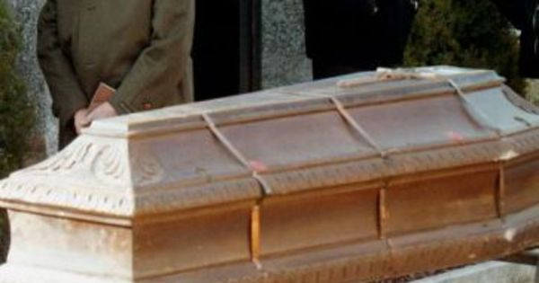 Mulher é enterrada viva e grita por socorro batendo desesperada no ...