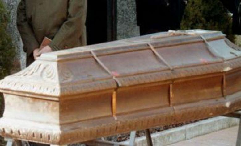 Um mulher de 49 anos, que sofria com um câncer e tinha sido declarada morta numa clínica, foi enterrada viva no cemitério de Peraia, perto de Salônica, noroeste da Grécia. O caso chocou o país e foi manchete nos principais jornais europeus