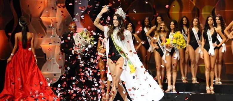 Desfilando em casa, representante do Ceará é eleita Miss Brasil 2014