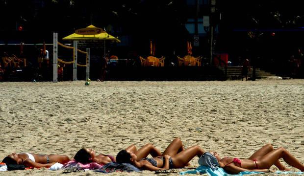 Calor deixa praias cheias no Rio de Janeiro. Veja previsão do tempo