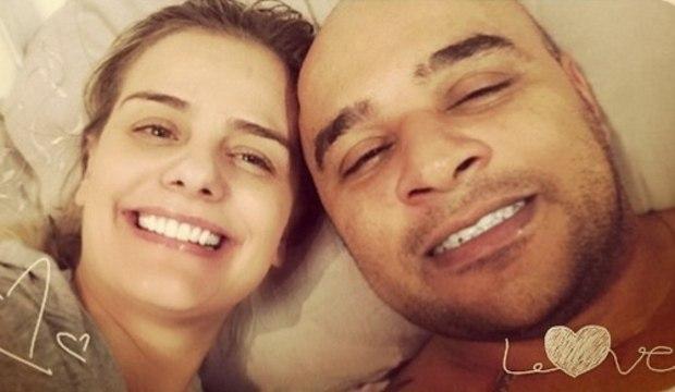 Ex de Ronaldo posta selfie sem maquiagem ao lado do namorado lutador