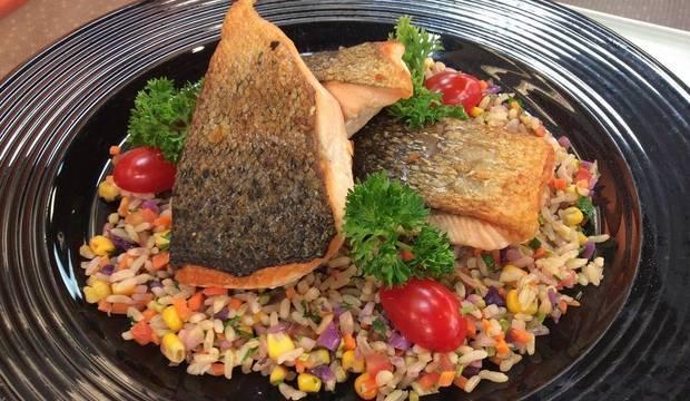 Dieta dos campeões! Minotauro e Minotouro preparam delicioso salmão grelhado