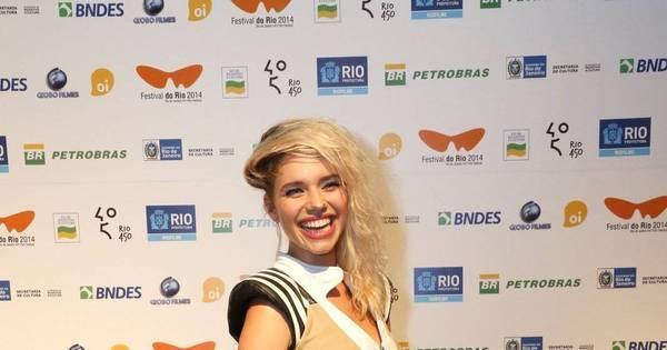 Com cabelo despenteado, Bruna Linzmeyer aparece na cerimônia ...