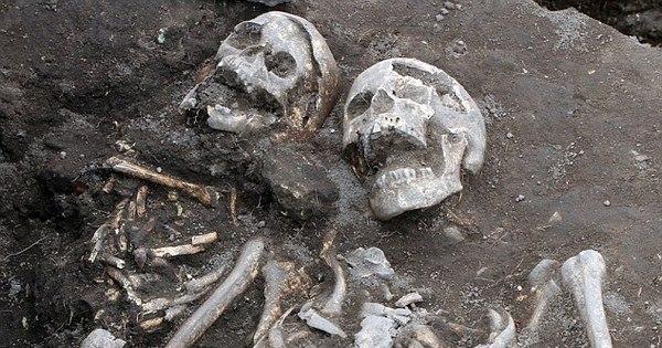 Covas de vampiro: esqueletos são desenterrados com viga de ...