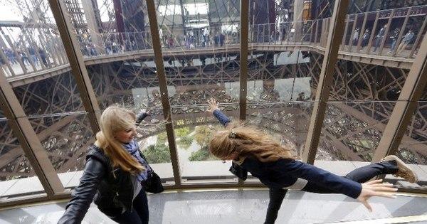 Torre Eiffel ganha piso de vidro e faz turista caminhar pelos ares ...