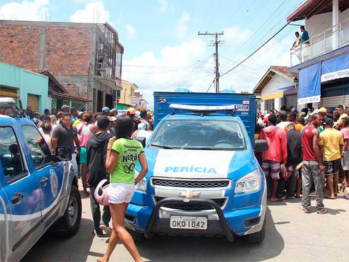 Na manhã desta sexta-feira (10), um homem<br /> invadiu um mercado e matou, a golpes de facão, uma mulher e a filha dela, uma<br /> criança de 8 anos. O homem também feriu o proprietário do estabelecimento,<br /> Nelson Silva, e depois se matou