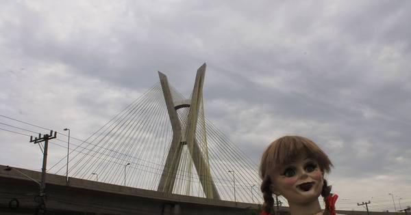 Boneca de terror Annabelle assombra pontos turísticos de São Paulo