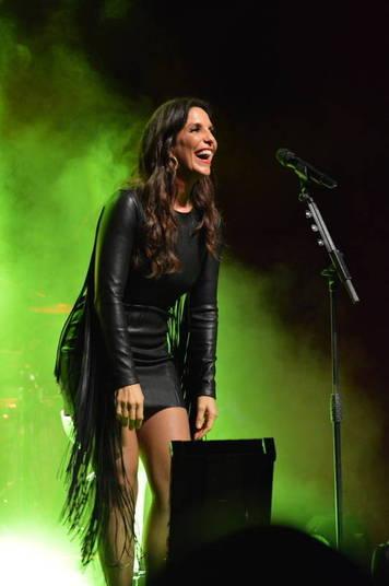 Ivete Sangalo usou um vestidinho preto de couro e cheio de franjas