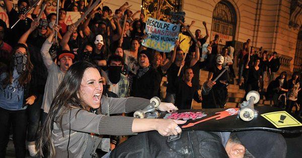 Lucrécia agride policial durante manifestação. Veja as cenas desta ...