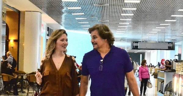 Só love! Edson Celulari troca olhares com a namorada em aeroporto
