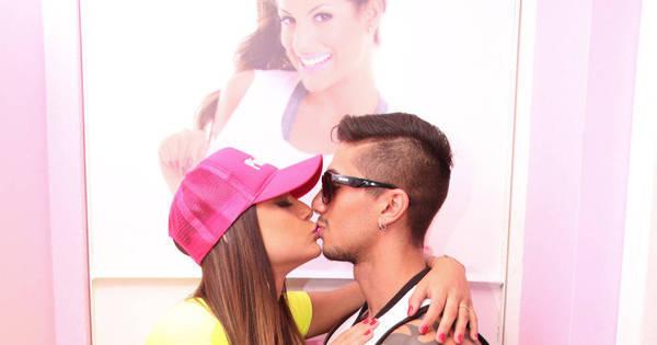 Nova panicat Mari Baianinha beija namorado fortão em ...