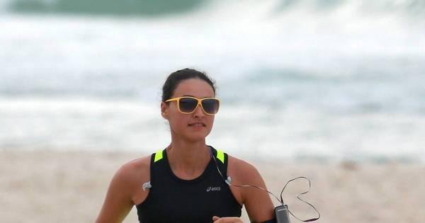 Débora Nascimento exibe corpão ao realizar exercícios em praia ...