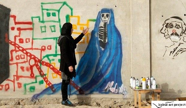 Grafiteira afegã desafia o Taleban colorindo cenários de guerra