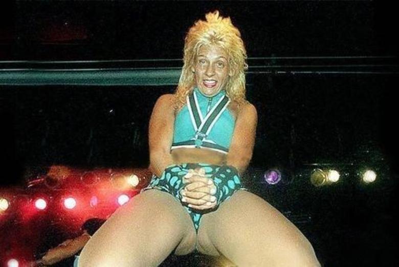 Vamos dizer que o ângulo não favoreceu Carla Perez. A foto foi tirada quando ela estava no auge da carreira e os cabelos estilo Chitãozinho e Xororó eram ainda considerados bonitos