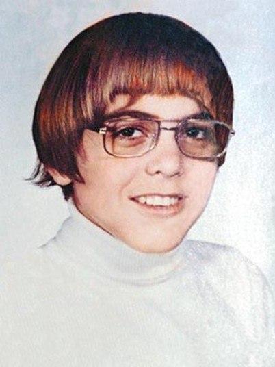 Conhece o mocinho acima? É George Clooney quando jovem. Com certeza, esta foto não está nos porta-retratos de sua casa