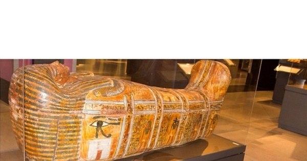 Estátua viva! Nana Gouvêa se diverte em museu e imita obras de arte