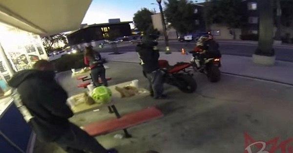 Brincadeira perigosa: motoqueiro tenta colar adesivo em viatura ...