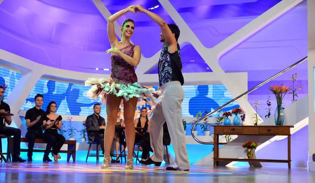 Chris Flores se solta no palco do <em>Hoje em Dia</em> e prova que entende de música latina